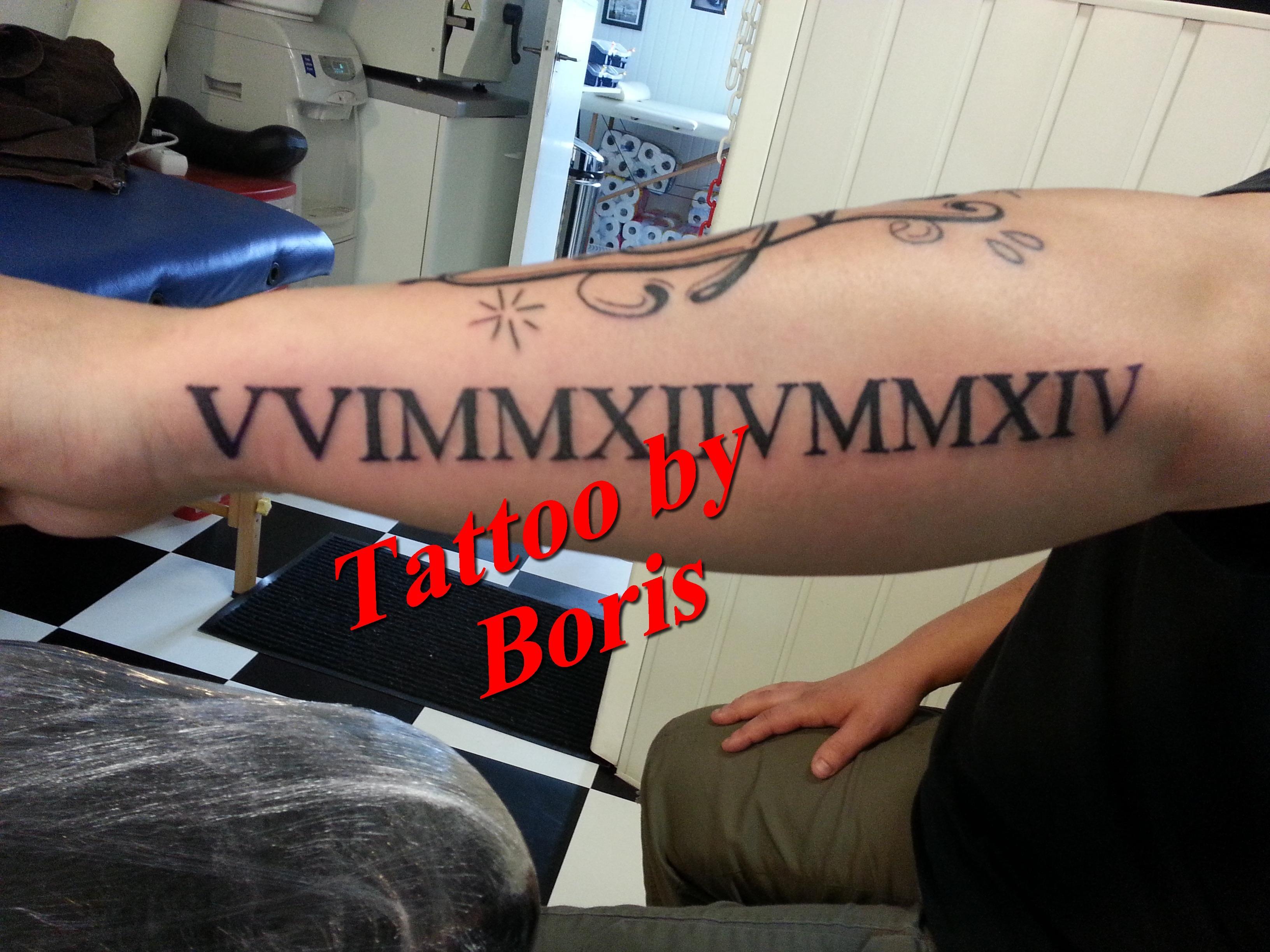 tatouage avant bras lettre romaine