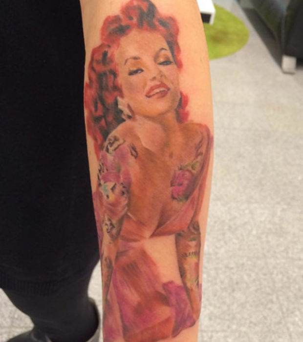 Tatouage avant bras pin up