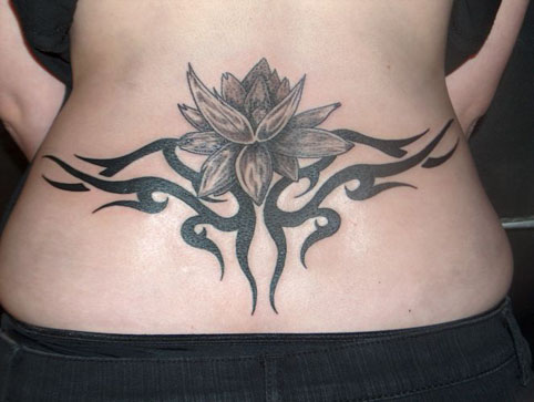 tatouage bas du dos fleur de lotus