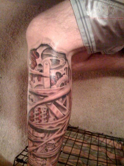 tatouage biomecanique jambe