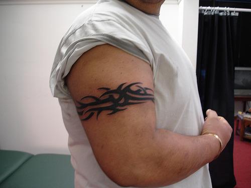 tatouage bracelet biceps