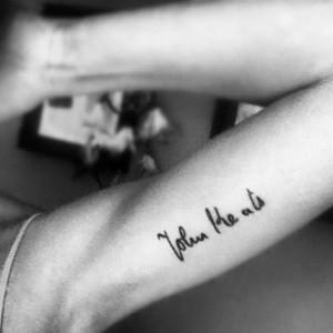 tatouage bras femme ecriture