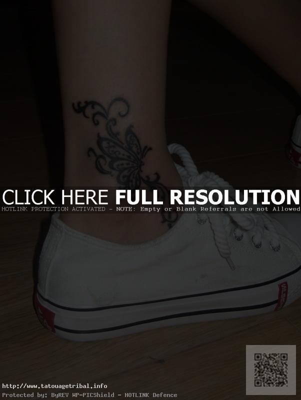 tatouage cheville femme fleur et papillon