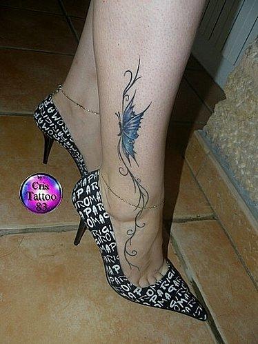 tatouage cheville pied papillon fleur