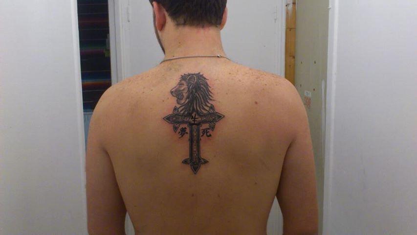 tatouage croix gothique dos