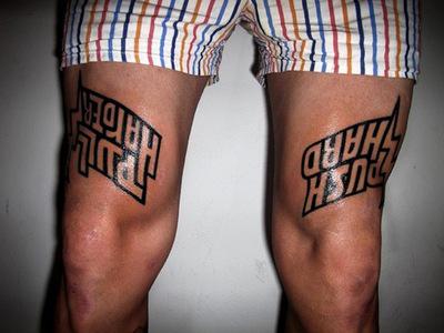 tatouage cuisse homme phrase mod les et exemples. Black Bedroom Furniture Sets. Home Design Ideas