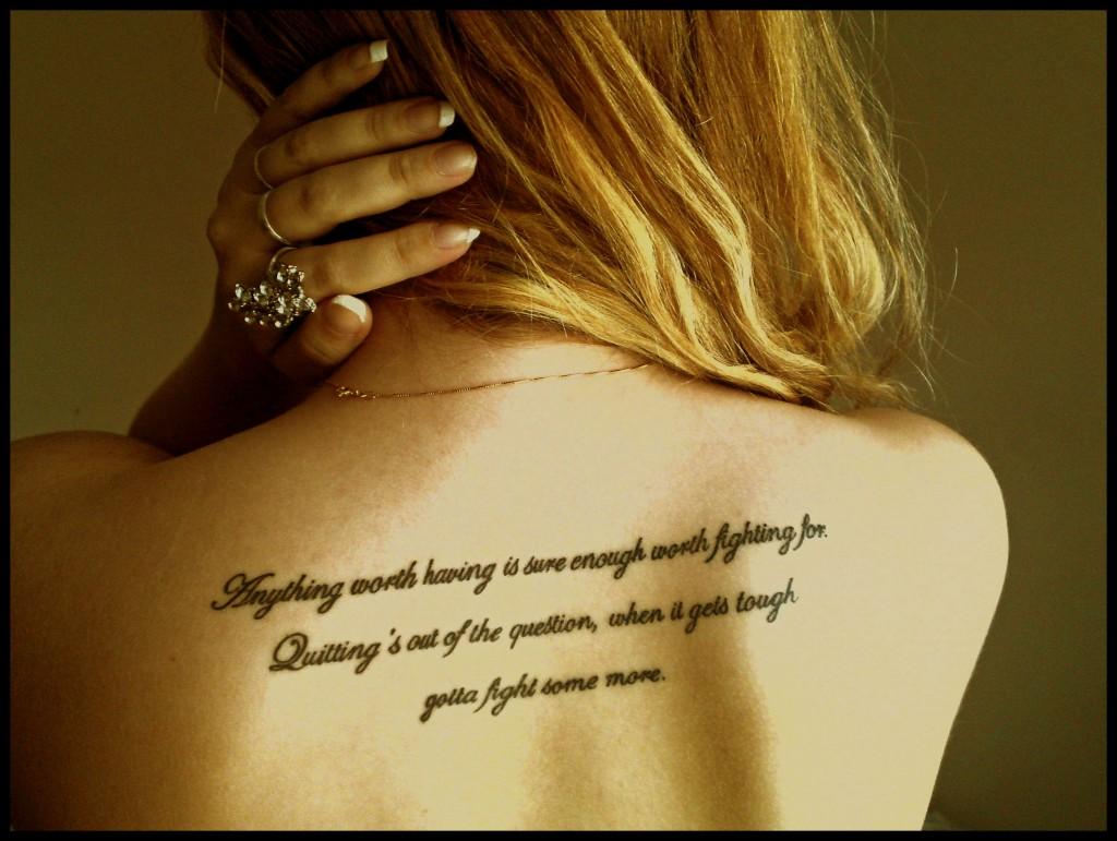 tatouage dos femme phrase