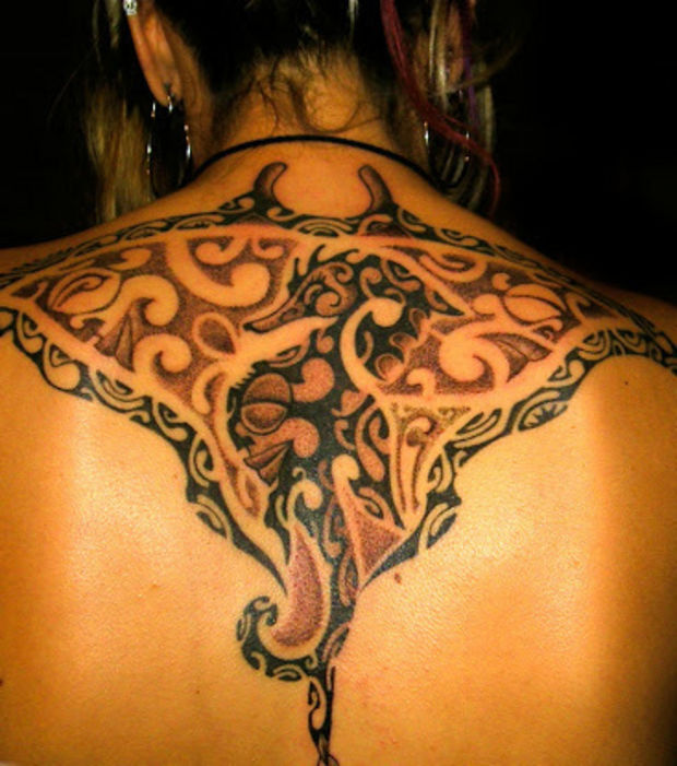 tatouage dos femme polynésien