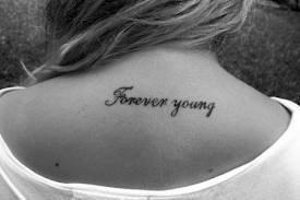 tatouage dos phrase