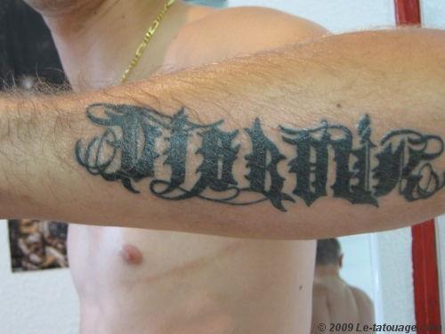 tatouage ecriture gothique avant bras