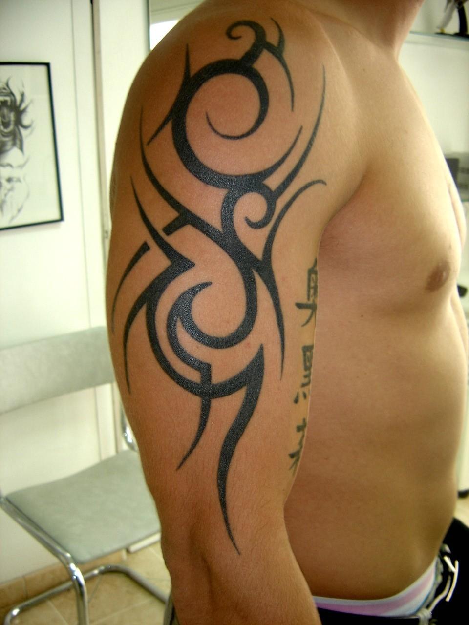 tatouage épaule bras tribal