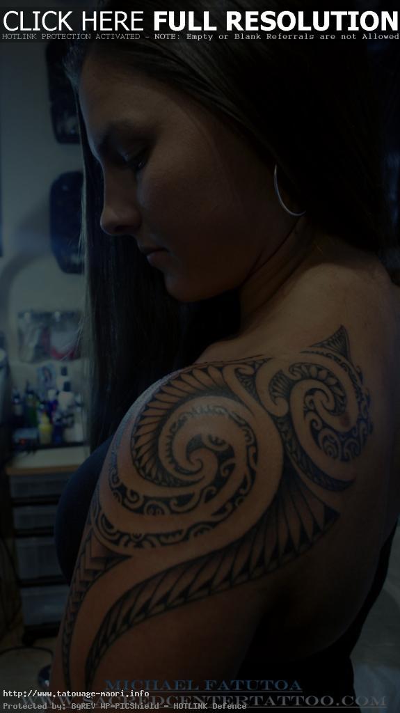 tatouage épaule tribal homme
