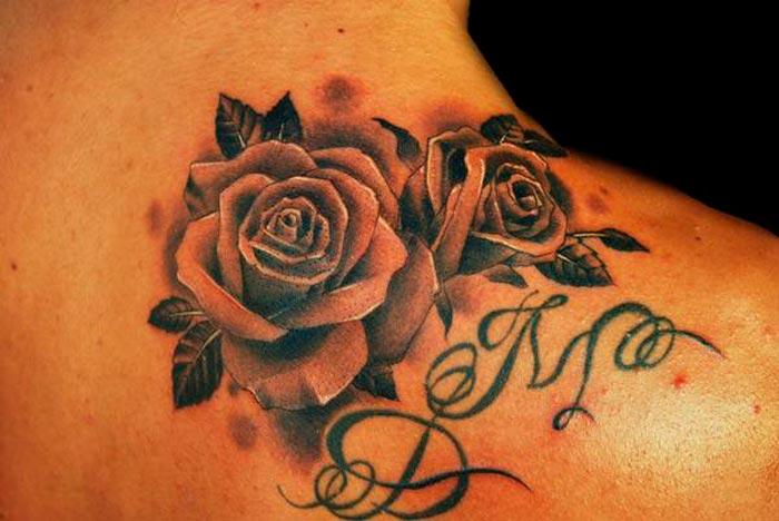 tatouage fleur avec lettre
