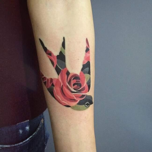 tatouage hirondelle rose
