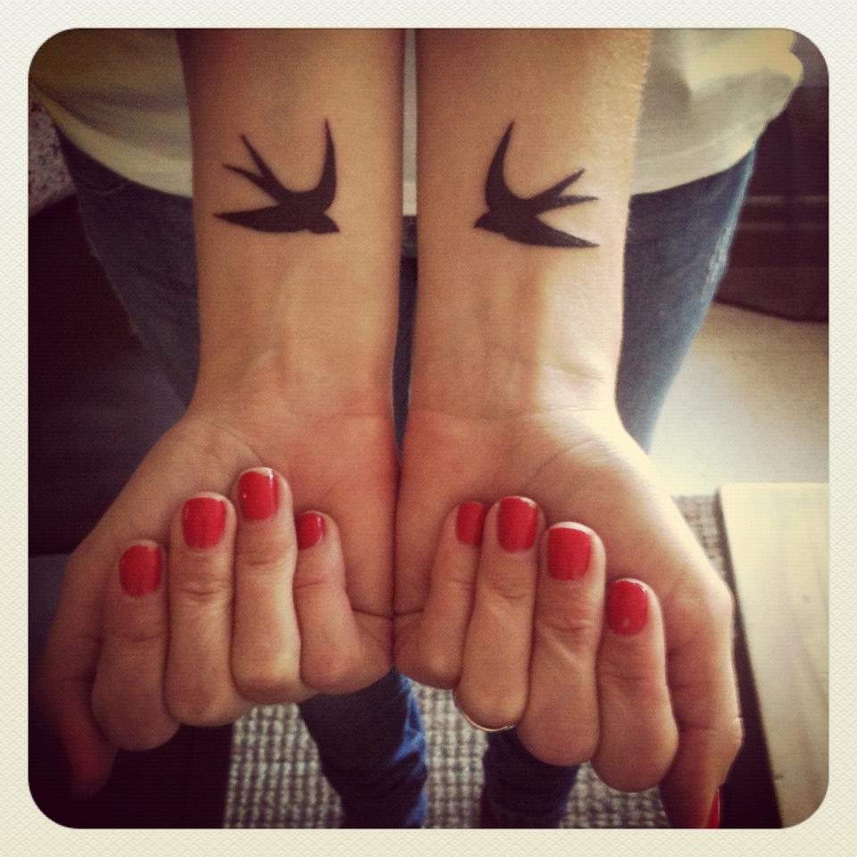 tatouage hirondelle sur un fil