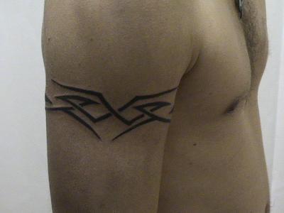 tatouage homme bras tribal discret