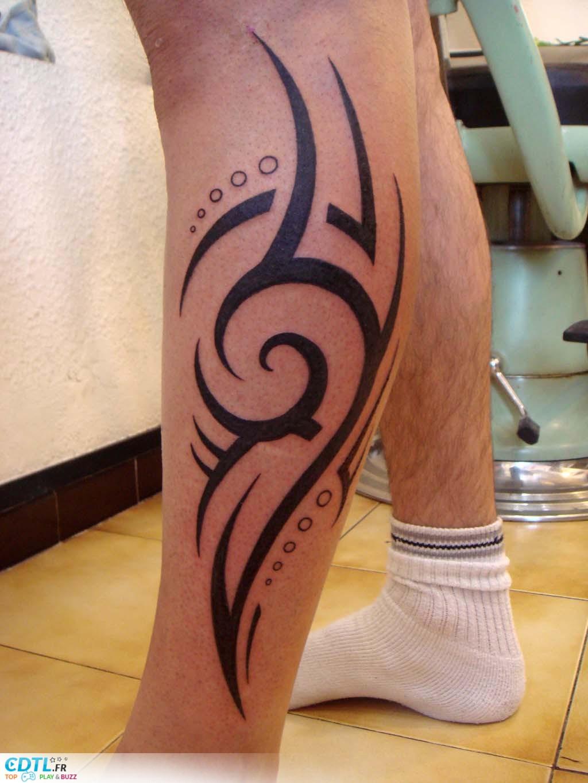 Tatouage homme mollet tribal