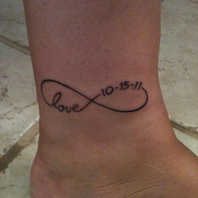 tatouage infini avec date