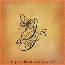 tatouage initiale papillon