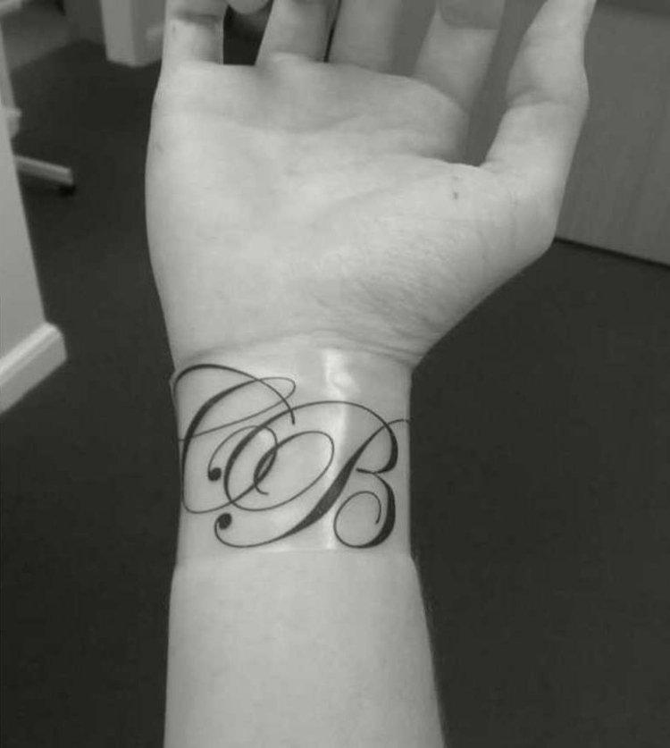 tatouage initiale poignet femme