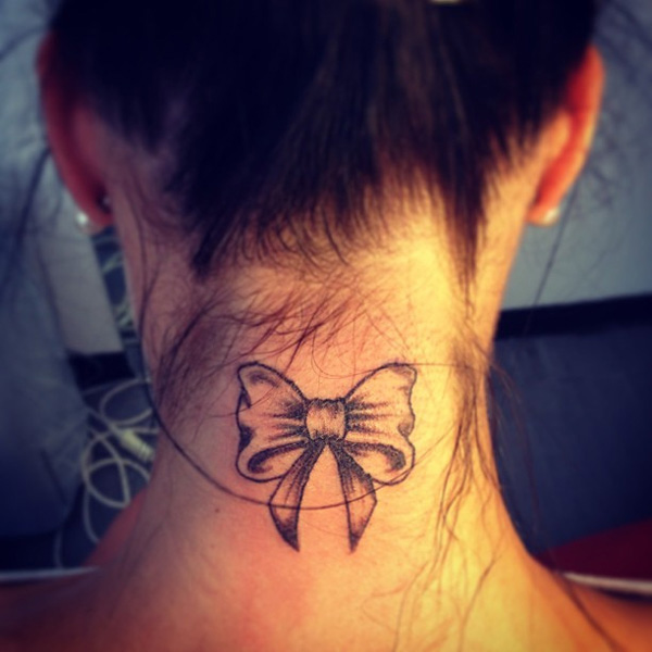 Tatouage noeud papillon nuque