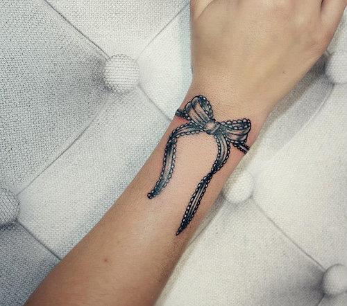 tatouage noeud papillon poignet