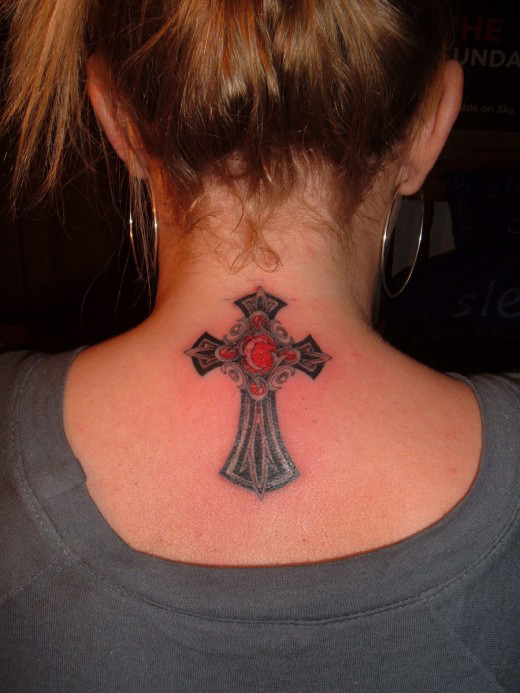 tatouage nuque femme croix