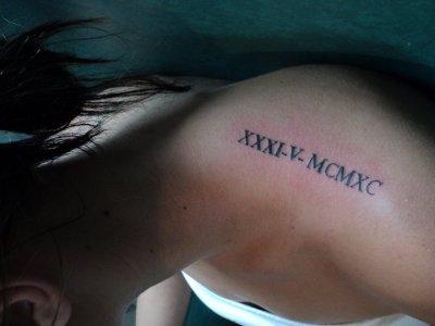 tatouage omoplate chiffre romain