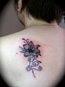 tatouage omoplate fleur de lys