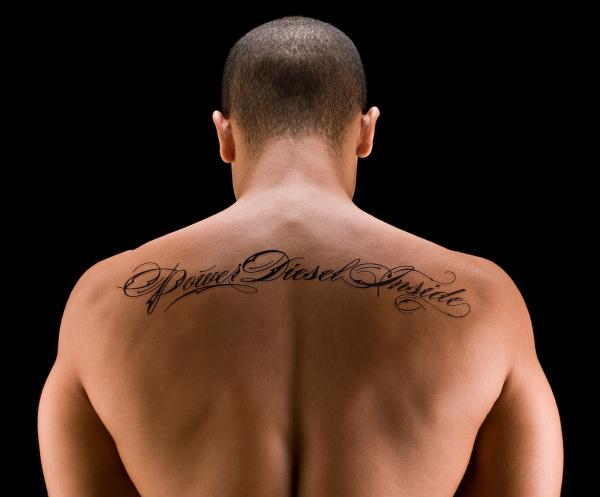 tatouage pectoraux ecriture