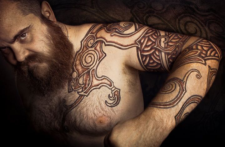 tatouage pectoraux poil