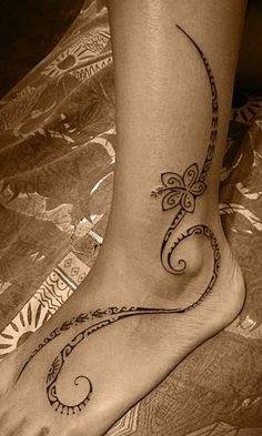 tatouage pied femme polynésien