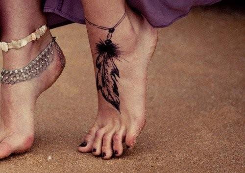 tatouage pied plume