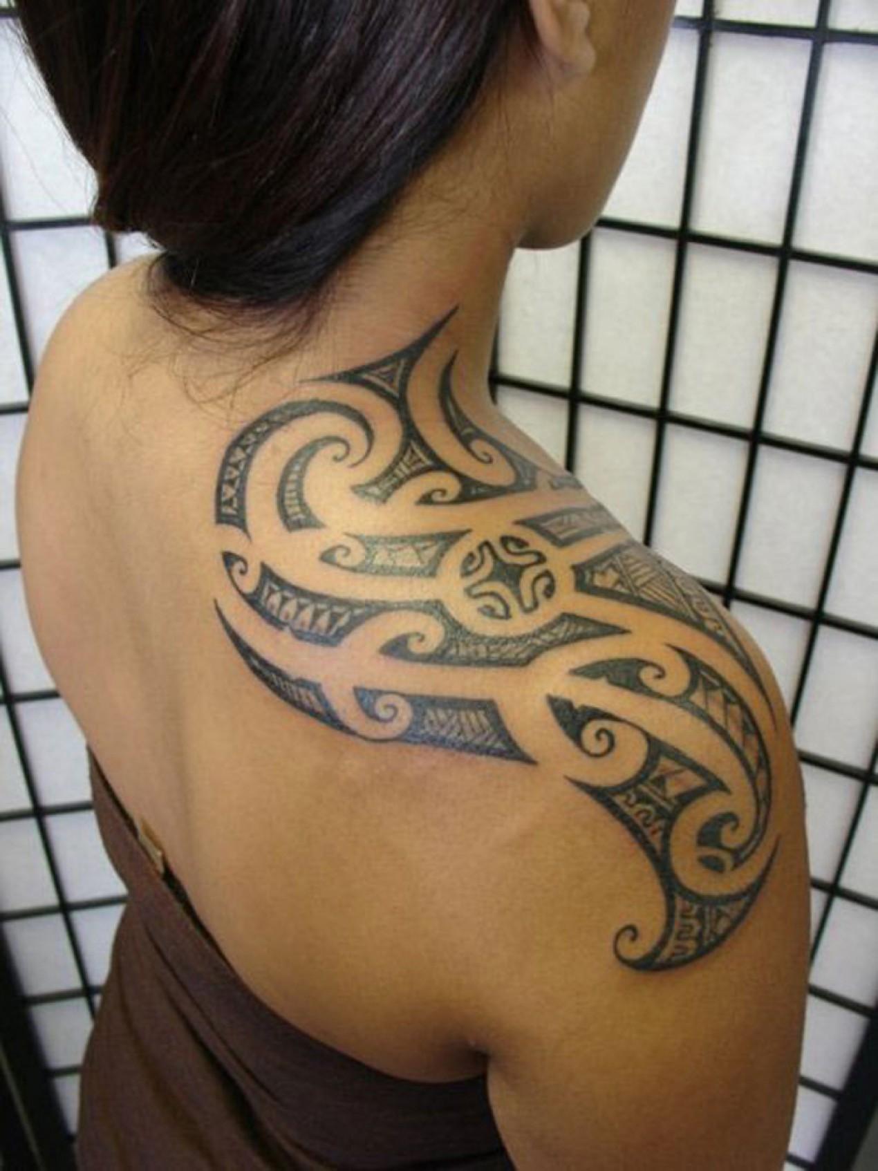 tatouage polynésien épaule femme