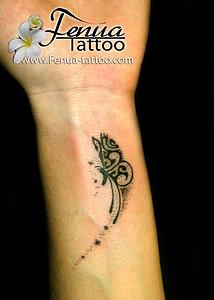 tatouage polynésien femme poignet