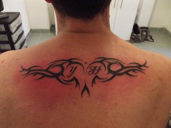 tatouage tribal avec initiale
