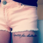 tattoo cuisse femme phrase