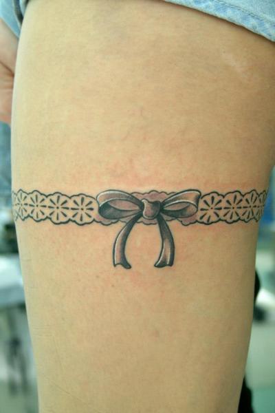 tattoo jarretière noeud